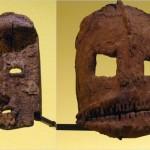 A gauche- masque - 34 cm   A droite- masque hyène - 28,5 cm