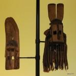 A gauche- masque rhinocéros gomitopo - 61 cm   A droite- masque de cervidé - 87 cm